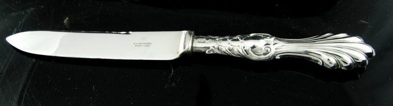スターリングシルバ アッセイマーク:シェフィールド イギリス 1908年 エドワディアン時代 メーカー:R.Richardson サイズ:17cm スターリングシルバ、フルーツナイフセット6本セットです。 貝殻の形をしたゴージャスなハンドルの上部にも上品なスクロール模様がエンボスされています。フルーツナイフまたはケーキナイフ(ティーナイフ)としてもご利用ください。 メーカーのRichard Richardson は1796年にイギリス、シェフィールドで開業しました。その後1895年にはロンドンに支店を持つ名門シルバースミスとなっています。