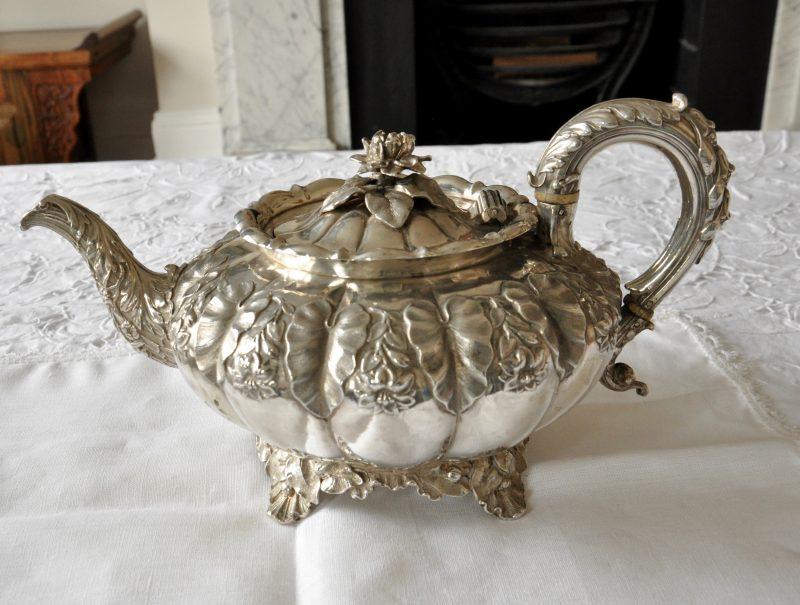 スターリングシルバー 純銀アッセイマーク:London 1829年 ( George IV ) ジョージ4世メーカー:Edward, Edward Jnr, John and W. Barnardサイズ:ティーポット W 29cm, D 20cm, H 15cm 850g容量 900cc
