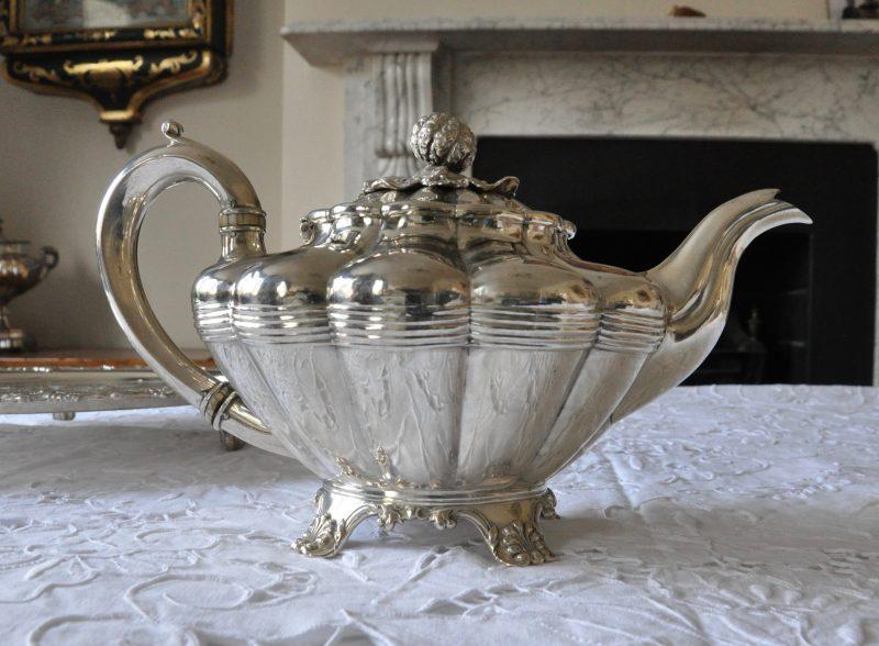 スターリングシルバーアッセイマーク:London 1831年 (William 4世)メーカー:Richard Pierce & George Burrows IIサイズ:D19cm W29cm H16cm 678g容量 800cc